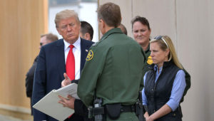 Trump revisó los prototipos del muro en la frontera de México y EEUU el 14 de marzo de 2018 (AFP)
