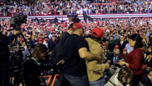 Un hombre es sometido después de que empujara a miembros de la prensa durante un acto político del presidente Donald Trump en el Coliseo Condado El Paso, en El Paso, Texas, el lunes 11 de febrero de 2019. (AP Foto/Eric Gay)