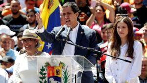 El jefe del Parlamento venezolano, Juan Guaidó, junto a su madre, Norka Márquez, y su mujer Fabiana Rosales / Leonardo Muñoz (EFE)
