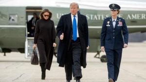 El presidente Donald Trump y la primera dama Melania Trump caminan hacia el avión presidencial en la Base Andrews de la Fuerza Aérea, en Maryland, el viernes 15 de febrero de 2019. (AP Foto/Andrew Harnik)