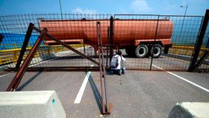 Fuerzas militares venezolanas bloquean con contenedores el puente Las Tienditas, que une la ciudad colombiana de Cúcuta con la venezolana de Ureña, en el estado Táchira.