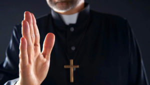 Priest Closeup Bendición Mano Con Cruz Fondo Clérigo — Imagen de stock