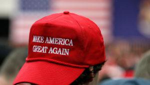 Joven usa la gorra roja de la campaña de Donald Trump con la frase Make America great again. | Internet