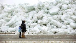Residentes revisan la enorme acumulación de hielo en la orilla de Mather Park en Fort Erie, Ontario, el lunes 25 de febrero de 2019. (Tara Walton/The Canadian Press via AP)