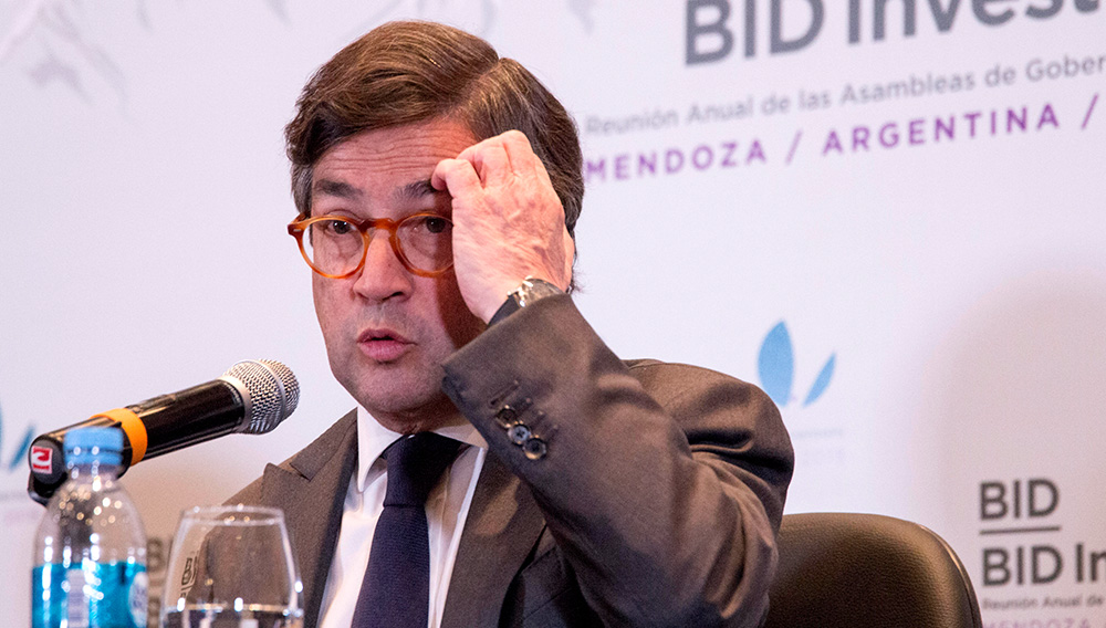 El presidente del Banco Interamericano de Desarrollo (BID), Luis Alberto Moreno, comparece en rueda de prensa durante la clausura de la 59 reunión anual del BID hoy, domingo 25 de marzo de 2018, en Mendoza (Argentina). EFE/Julio César Rivas