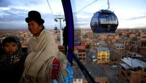 Foto de archivo del 3 de marzo de 2017 de una mujer y una niña a bordo de la cabina de un teleférico que une La Paz con El Alto, Bolivia. El sistema es el más alto del mundo, a unos 4.000 metros sobre el nivel del mar. (AP Foto/Juan Karita, Archivo)