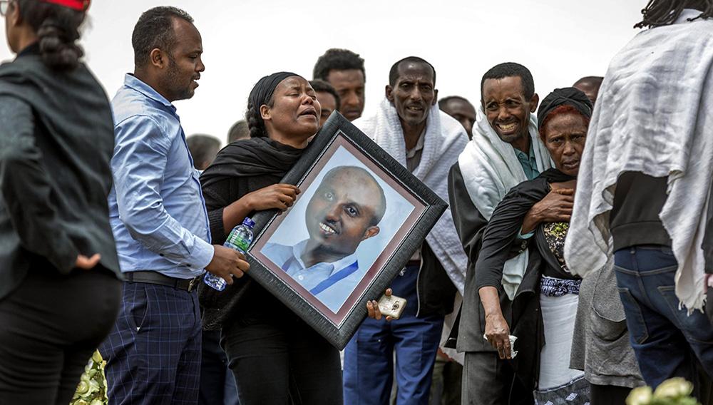 Familiares etíopes de las víctimas del desplome de un avión lloran en el lugar donde el Boeing 737 Max 8 de la Ethiopian Airlines se estrelló poco después de despegar el domingo, matando a los 157 que viajaban a bordo, en las cercanías de Bishoftu, Etiopía, el jueves 14 de marzo de 2019. (AP Foto/Mulugeta Ayene)