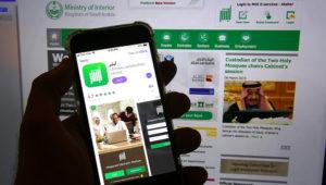 App del gobierno saudí Absher en un teléfono en Yeda, Arabia Saudí, 7 de marzo de 2019. Es principalmente un medio para pagar multas de tráfico y realizar otros trámites por vía electrónica. Pero también sirve para que los hombres den o nieguen permiso a las mujeres para viajar. (AP Foto/Amr Nabil)