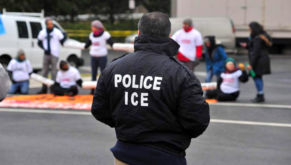 Agentes del ICE se estacionaron frente a varias escuelas en Nueva York la semana pasada.