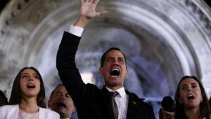 El autoproclamado presidente interino de Venezuela, Juan Guaidó, habla a sus simpatizantes desde la cancillería en Buenos Aires, Argentina, el viernes 1 de marzo de 2019. (AP Foto/Natacha Pisarenko)
