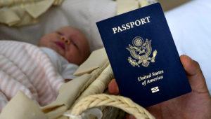 Denis Wolok muestra el pasaporte estadounidense de su hija Eva, de un año, durante una entrevista con la Associated Press en Hollywood, Florida. La esposa de Wolok viajó especialmente de Rusia a EEUU para dar a luz y que su hija pueda tener la ciudadanía estadounidense. (AP Photo/Iuliia Stashevska)