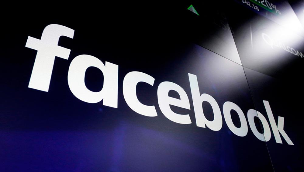 ARCHIVO - Fotografía de archivo del 29 de marzo de 2018 del logo de Facebook en las pantallas de la Bolsa de Valores de Nueva York. (AP Foto/Richard Drew, Archivo)