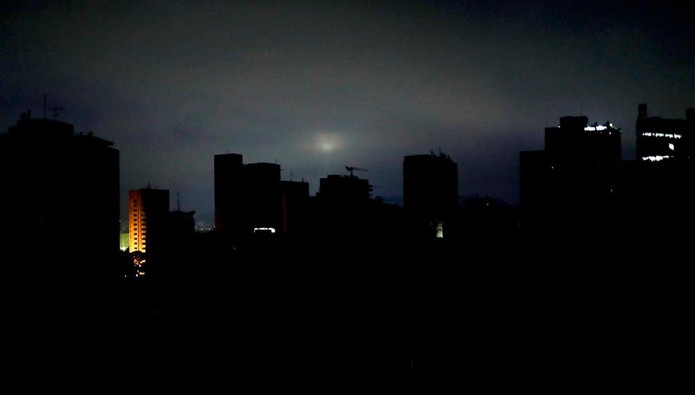 Esta foto del miércoles 27 de marzo de 2019 muestra el horizonte oscuro al amanecer en Caracas, Venezuela. Gran parte de la capital de Venezuela está sin electricidad. (AP Foto / Natacha Pisarenko)