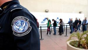En esta imagen del 10 de diciembre de 2015, personas cruzan a pie la frontera desde México hacia Estados Unidos en el Puerto de Entrada de Otay Mesa en San Diego. (AP Foto/Denis Poroy, Archivo)