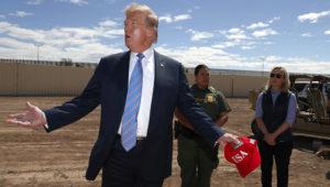 El presidente Donald Trump visita una nueva sección del muro fronterizo con México en Calexico, California, el viernes 5 de abril de 2019. Lo acompañan Gloria Chavez, agente de la Patrulla Fronteriza de Estados Unidos (centro) y la secretaria de Seguridad Nacional Kirstjen Nielsen. (AP Foto /Jacquelyn Martin)