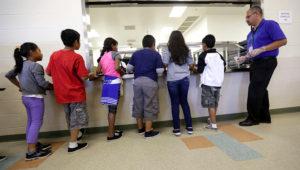 10 de septiembre de 2014. Niños inmigrantes detenidos hacen fila en la cafetería en el Centro Residencial del Condado Karnes, para la detención de familias inmigrantes, en Karnes City, Texas. (AP Foto/Eric Gay, archivo)