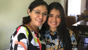 Ana García, a la izquierda, posa junto a su hija Génesis Amaya en su casa de Valley Stream, Nueva York. (Foto AP /Claudia Torrens, archivo)