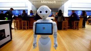 """Un robot llamado """"Pepper"""" fotografiado en la entrada de una tienda de Microsoft en Boston el 21 de marzo del 2019. (AP Photo/Steven Senne, File)"""