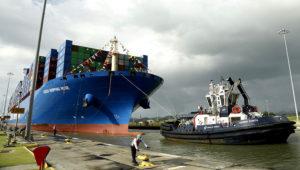 En esta imagen, tomada el 3 de diciembre de 2018, un trabajador del Canal de Panamá amarra el carguero chino Cosco en Cocoli Locks, en el Canal, en la Ciudad de Panamá. (AP Photo/Arnulfo Franco)