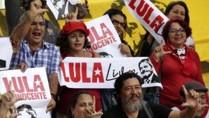 """Simpatizantes del expresidente brasileño Luiz Inácio Lula da Silva sostienen una pancarta con la leyenda """"Lula Libre"""" y """"Lula Inocente"""" durante una manifestación frente al Supremo Tribunal Federal en Brasilia, Brasil, el martes 23 de abril de 2019. (AP Foto/Eraldo Peres)"""