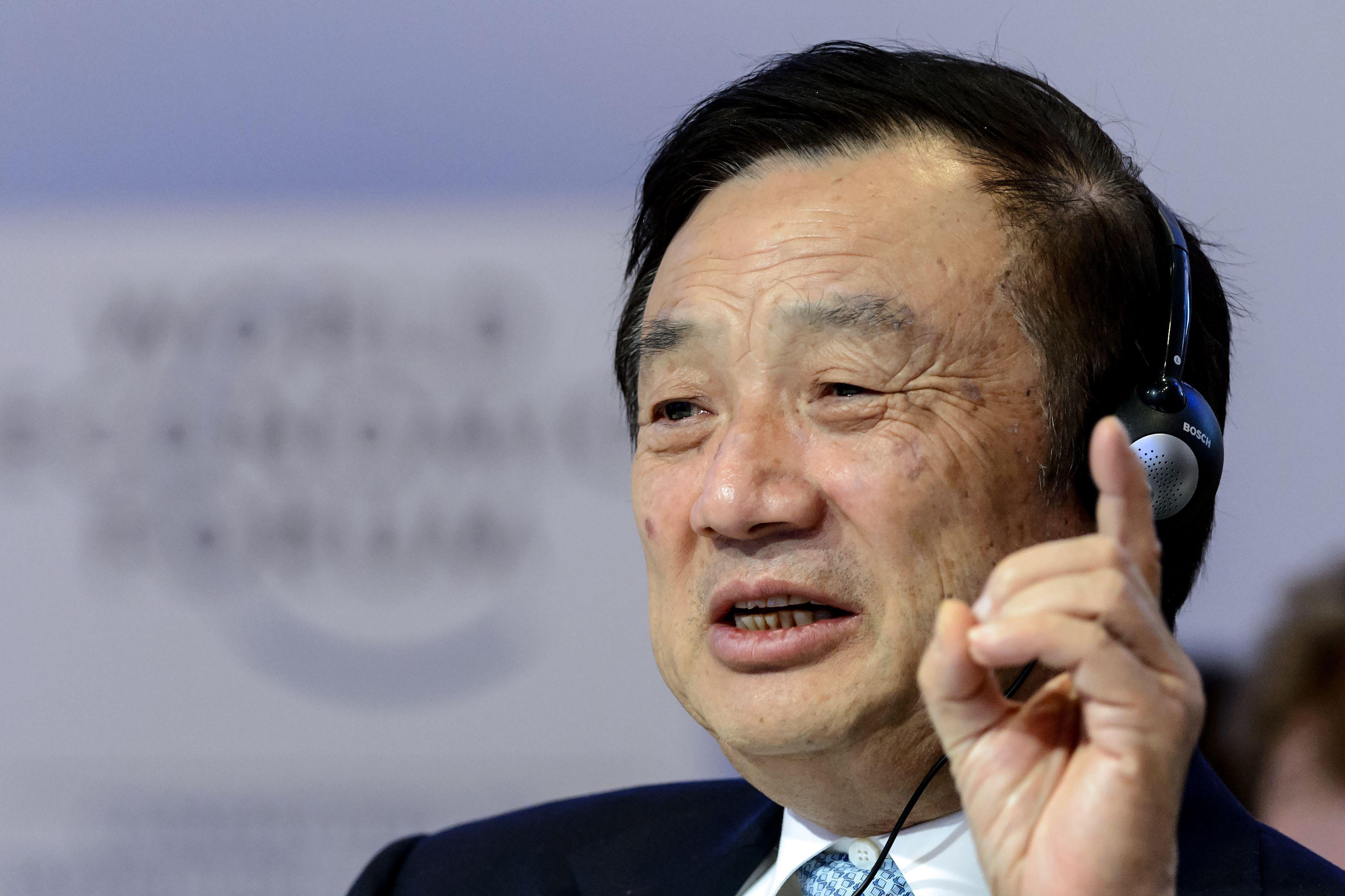 Ren Zhengfei, fundador de Huawei, habla durante una sesión del Foro Económico Mundial, el 22 de enero del año 2015 en Davos (Suiza).   AFP/Archivos / Fabrice Coffrini
