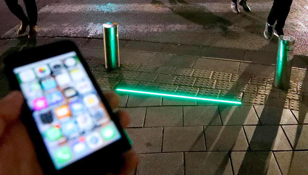 Una luz LED instalada en la acera para alertar a los transeúntes que vayan mirando el teléfono móvil de que llegan a un paso de peatones, el pasado 12 de marzo en la ciudad israelí de Tel Aviv© AFP/Archivos Jack Guez