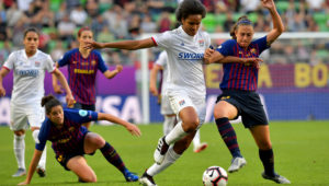 Alexia Putellas trata de impedir el avance de la francesa Wendie Renard durante la final de la Liga de Campeones femenina entre el FC Barcelona y el Lyon, disputada el sábado 18 de mayo en Budapest. AFP / Tobias Schwarz