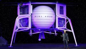 Jeff Bezos habla frente a un modelo a escala del módulo de aterrizaje lunar Blue Origin el jueves 9 de mayo de 2019 en Washington. (AP Foto/Patrick Semansky)