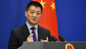 Lu Kang, portavoz del Ministerio de Exteriores chino, habla durante una comparecencia de prensa el pasado 28 de marzo en Pekín. AFP/Archivos / Greg Baker