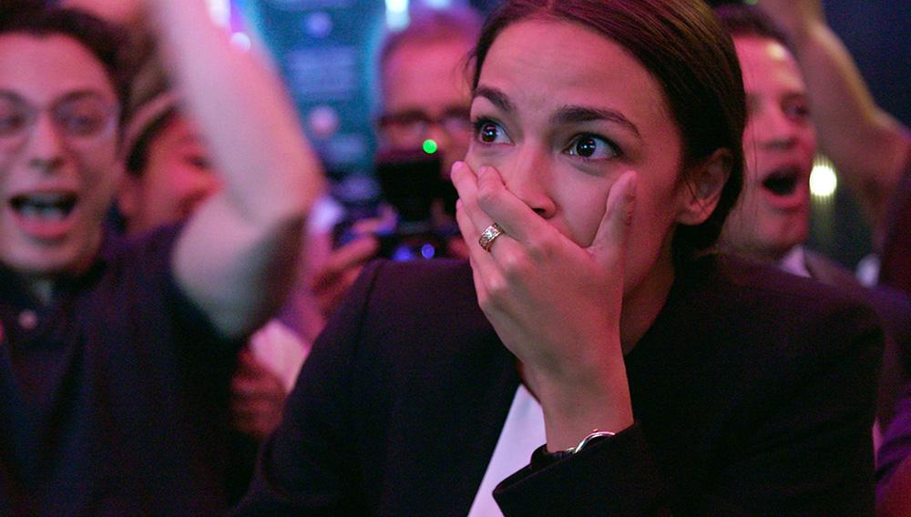 """Alexandria Ocasio-Cortez el día de su sorpresiva victoria en las elecciones legislativas del 2018, en una imagen tomada del documental de Netflix """"Knock Down the House"""", a estrenarse el 1ro de mayo del 2019. (Netflix via AP)"""