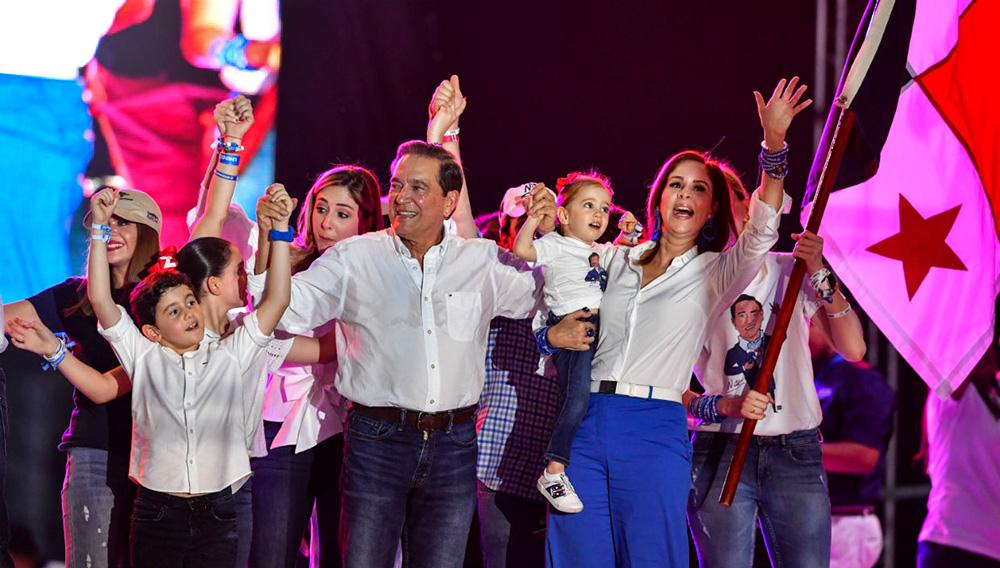 Laurentino Cortizo y su familia durante su clausura de campaña. | AFP