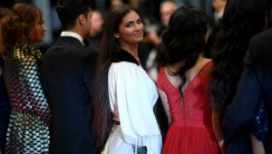 La actriz Ophelie Bau posa junto a otros miembros del reparto de la película 'Mektoub, My Love: Intermezzo' antes de su proyección en el Festival de Cannes, el jueves 23 de mayo en la ciudad francesa. AFP / Loic Venance