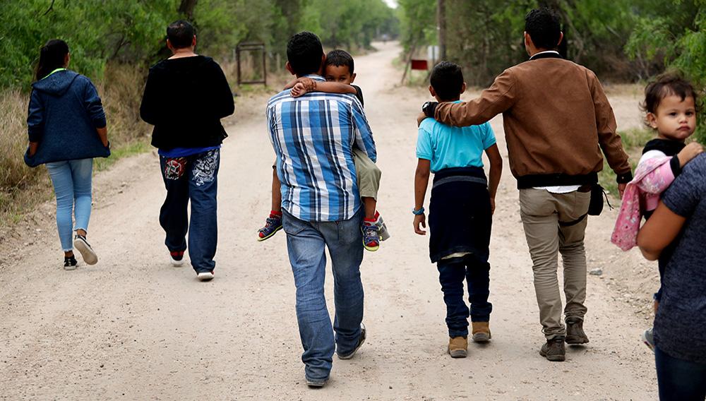 ARCHIVO - En esta fotografía de archivo del 14 de marzo de 2019, un grupo de familias migrantes recorren un camino poco antes de ser detenidas por la Patrulla Fronteriza cerca de McAllen, Texas. (AP Foto/Eric Gay, archivo)