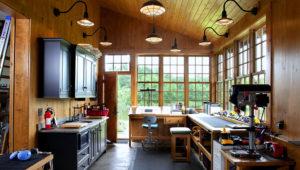 Garaje convertido en oficina por la firma Rill Architects en una casa de Emmitsbgurg, Maryland. (James Ray Spahn/Rill Architects via AP)