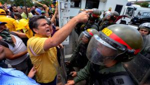 El diputado opositor venezolano Rafael Guzmán (I) participa de una protesta contra el gobierno del presidente Nicolás Maduro, el 1º de abril de 2017 en Caracas. AFP / FEDERICO PARRA
