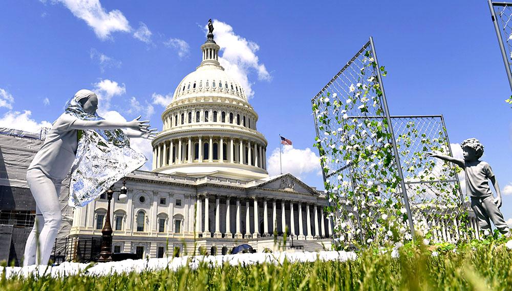 """Una muestra artística, consistente de una madre que intenta alcanzar a su hijo, es exhibida afuera del Capitolio, en Washington, el martes 7 de mayo de 2019, para conmemorar el primer aniversario de la política de """"cero tolerancia"""" del gobierno del presidente Donald Trump para la separación de familias de inmigrantes. (AP Foto/Susan Walsh)"""