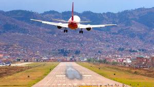 Aproximación de un 737 de la aerolínea peruana LCPerú al Aeropuerto Internacional Velasco Astete. 23 de octubre de 2017. | Fotografía: Primx28