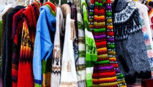 Suéteres de lana de alpaca en mercado en el Perú. | Photo Stock