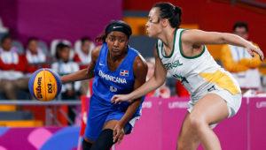 Luana Fernandes intenta detener a Nesly Sentil en el duelo entre Brasil y República Dominicana en el Baloncesto 3x3 de Lima 2019. Foto: César Fajardo / Lima 2019