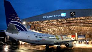 Avión de la aerolínea panameña Copa Airlines estacionado de noche en un hangar de la compañía. Foto: Conocedores.com