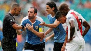 Diego Godín y Edinson Cavani protestan al árbitro Wilton Pereira Sampaio.   LUISA GONZALEZ/REUTERS