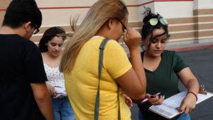 En esta foto del 15 de agosto de 2018, Maria Nieto, derecha, y Alma Romo, la segunda desde la izquierda, registran a las personas para votar en Las Vegas/AP