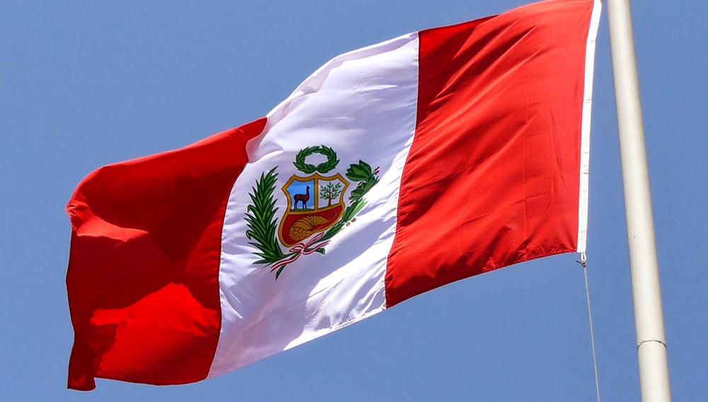 Bandera del Perú flameando en una calle de Lima. Foto: Internet