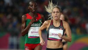 Natasha Wodak (d) de Canadá y Risper Biyaki de México compiten este martes en la final de la prueba 10000m femenino de atletismo en los Juegos Panamericanos 2019, en Lima (Perú). EFE/Orlando Barría