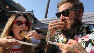 Dos personas comiendo tacos en el evento Taco Truck Throwdown en Fresno, en el Valle Central de California.   Foto: fresnobee.com