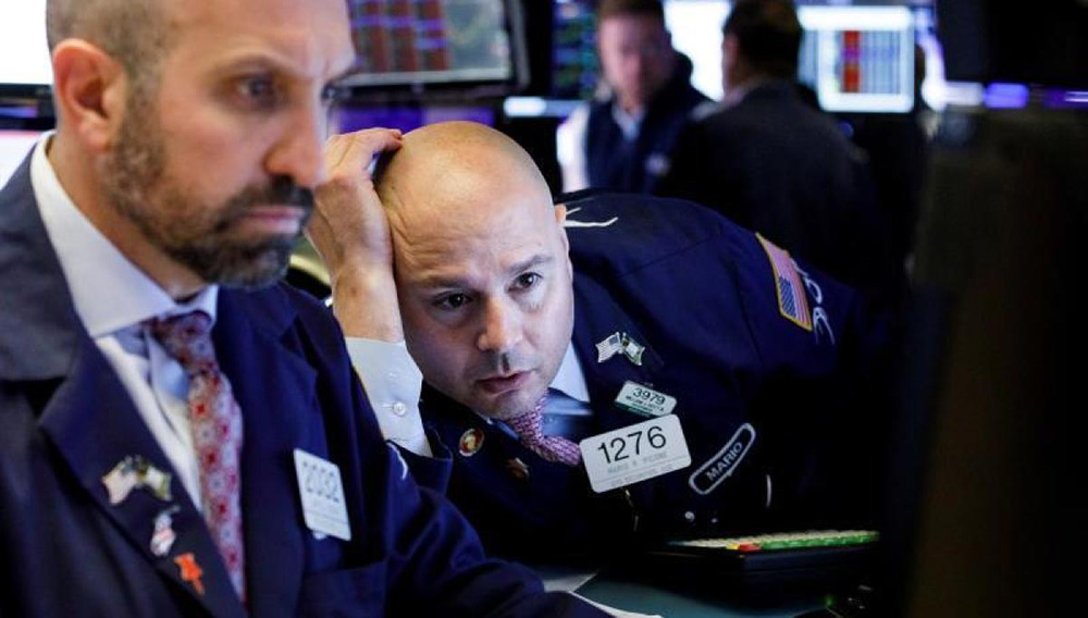 Varios trabajadores operan en la Bolsa de Nueva York, EE.UU. | EFE/Justin Lane/Archivo