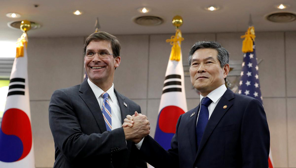 South Korean Defense Minister Jeong Kyeong-doo (Right) and US Secretary of Defense Mark Esper clasp hands ahead of talks at the defense ministry compound in Seoul on Friday. | Photo: Yonhap