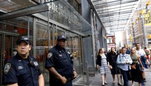 La policía de Nueva York vigila frente al edificio del New York Times en la Octava Avenida en Nueva York, Nueva York, EEUU. EFE / Peter Foley/Archivo