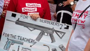 Activistas opuestos a la violencia armada asisten a una manifestación para honrar a las víctimas de los tiroteos masivos de El Paso y Dayton, y para protestar por la inacción en el control de armas, frente a Freedom Tower en Miami, Florida, EE. UU. EFE/EPA/CRISTOBAL HERRERA