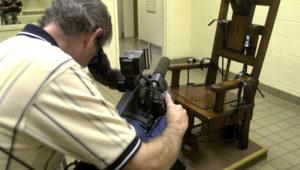 Un fotógrafo de prensa graba video de la silla eléctrica en la cámara de la muerte en la Cárcel Correcional de Ohio el 29 de agosto 2001, en Lucasville, Ohio. | Getty Images